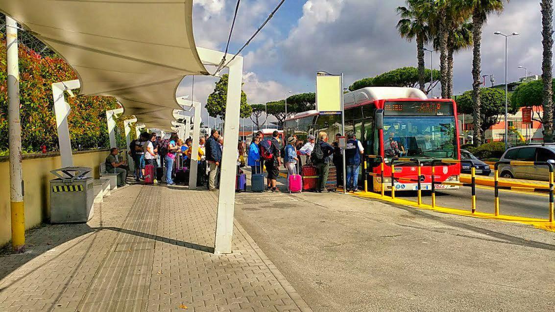 Przystanek Alibus'a przy lotnisku w Neapolu
