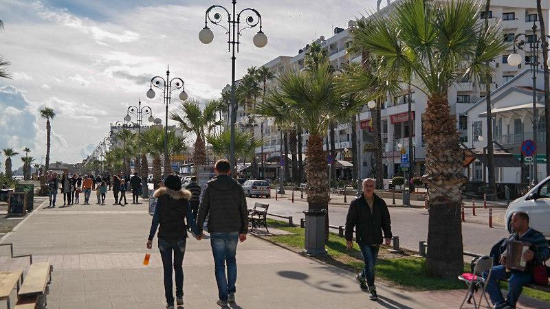 Cypr Larnaka Co zwiedzić i zobaczyc na cyprze blog plaża deptak ulica
