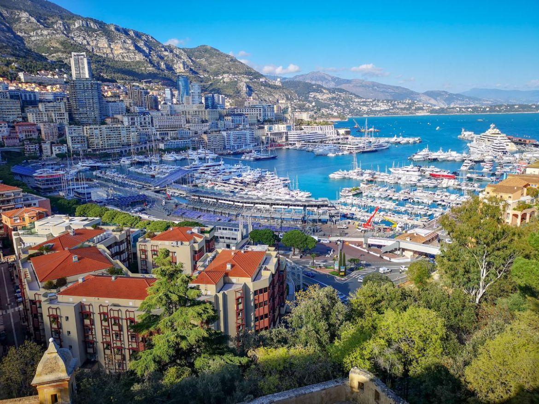Monako co zwiedzić i zobaczyć w Monako monaco panorama na port Hercule