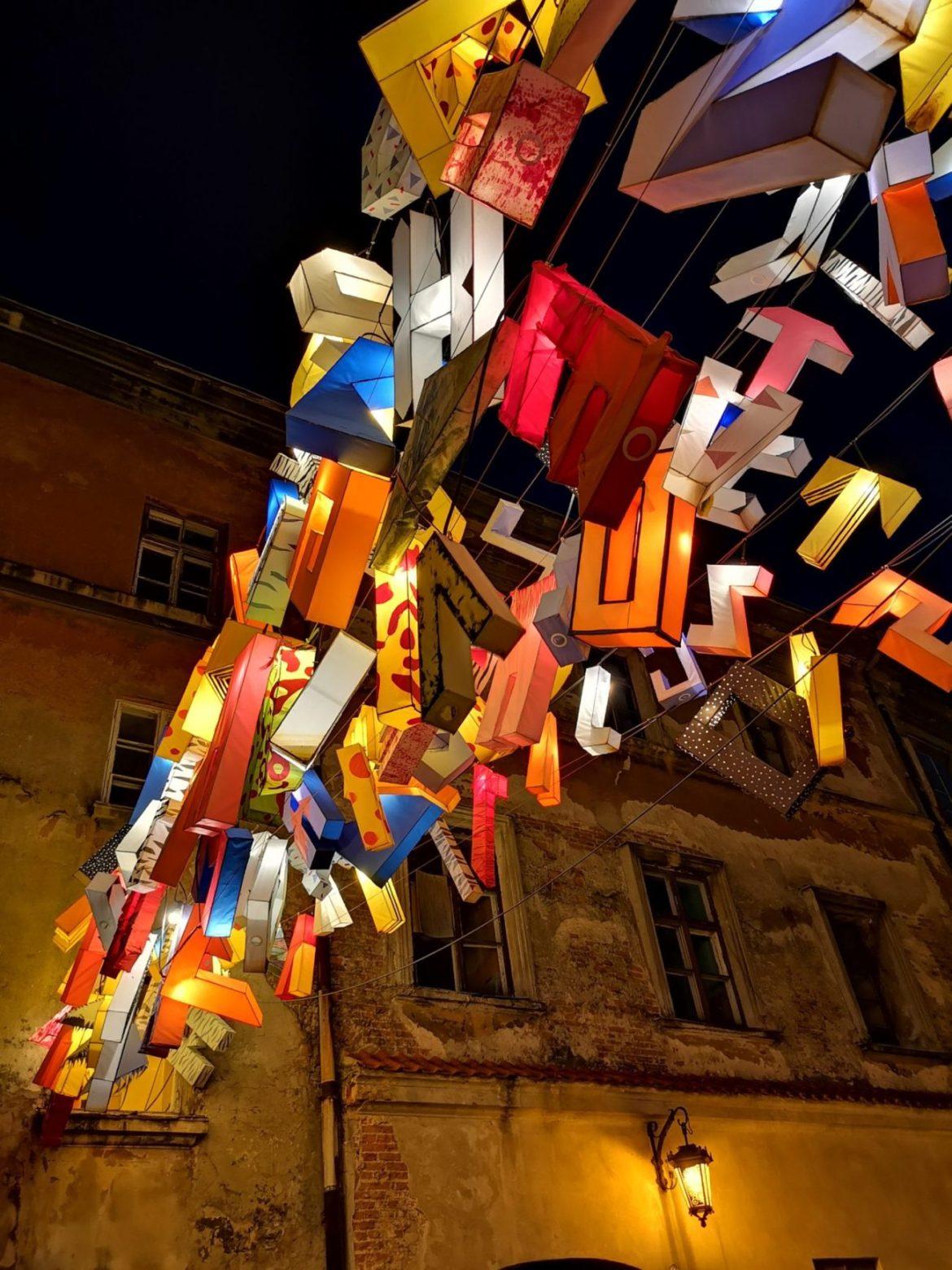Litery lublin stare miasto nocą co zwiedzić w lublinie w weekend instalacje artystyczne