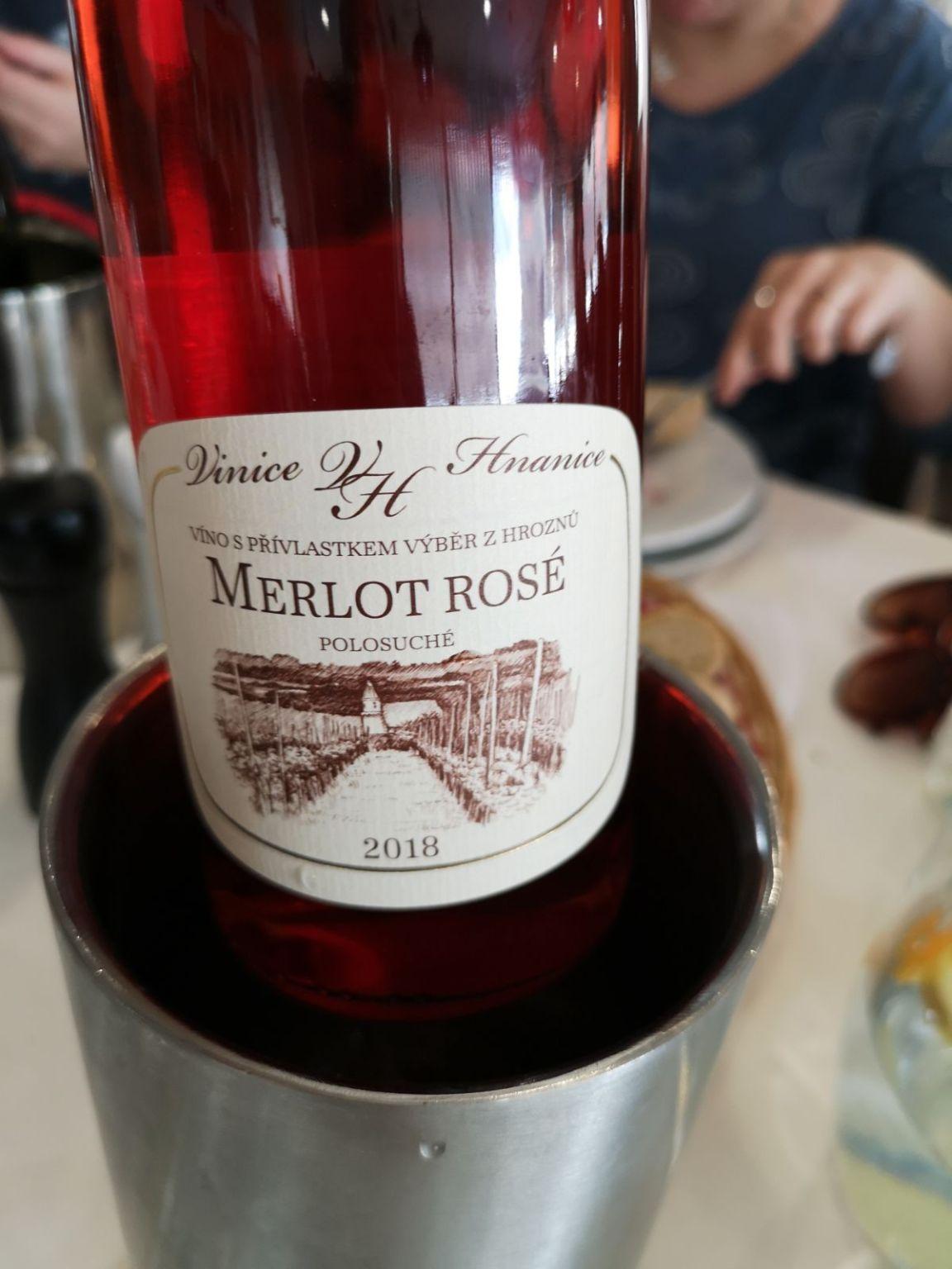 hotel restauracja vinice- hnanice wino merlor rose