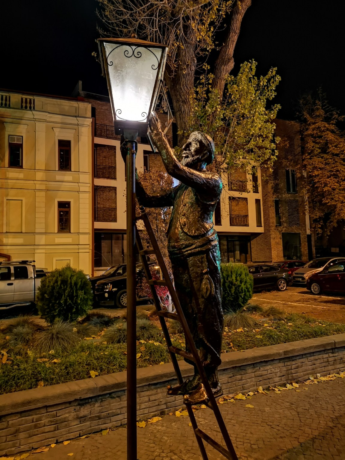 latarnik tbilisi nocą gruzja