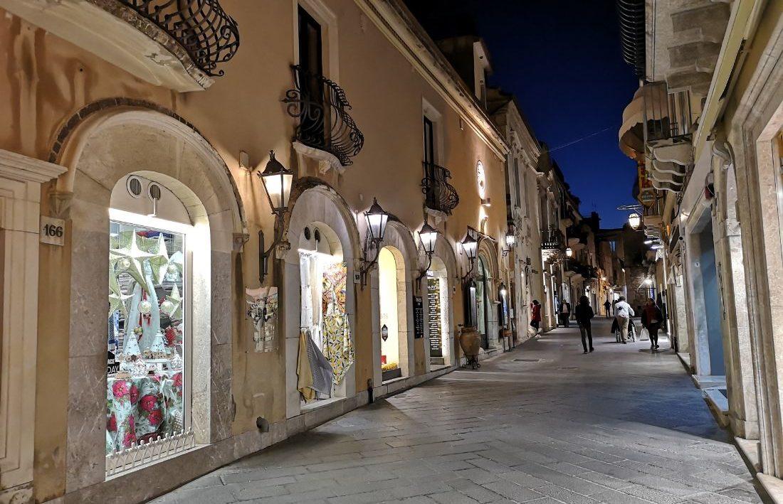 stare miasto taormina ulica sklepy sycylia