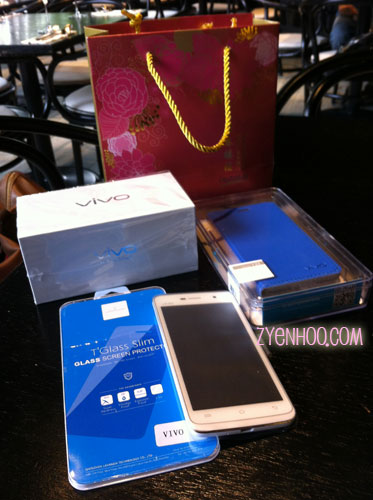 What's in the bag! A brand new handphone, a screen protector, and a phone cover