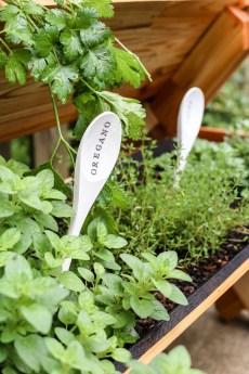 Elegant Farmhouse Garden Décor Ideas 02