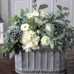 Elegant Farmhouse Garden Décor Ideas 27