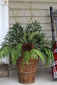 Lovely Farmhouse Christmas Porch Decor And Design Ideas 04