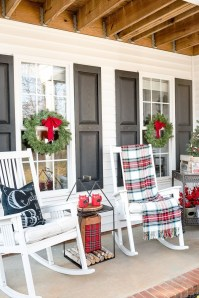 Lovely Farmhouse Christmas Porch Decor And Design Ideas 21