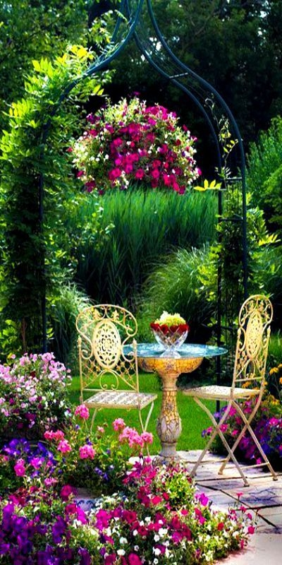Pretty Floral Garden Decor Ideas41