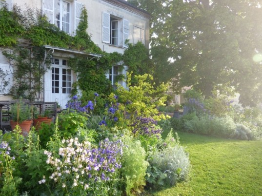 Brilliant French Country Garden Décor Ideas37