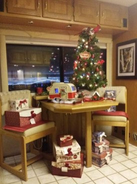 Splendid Christmas Rv Decorations Ideas For Valuable Moment30