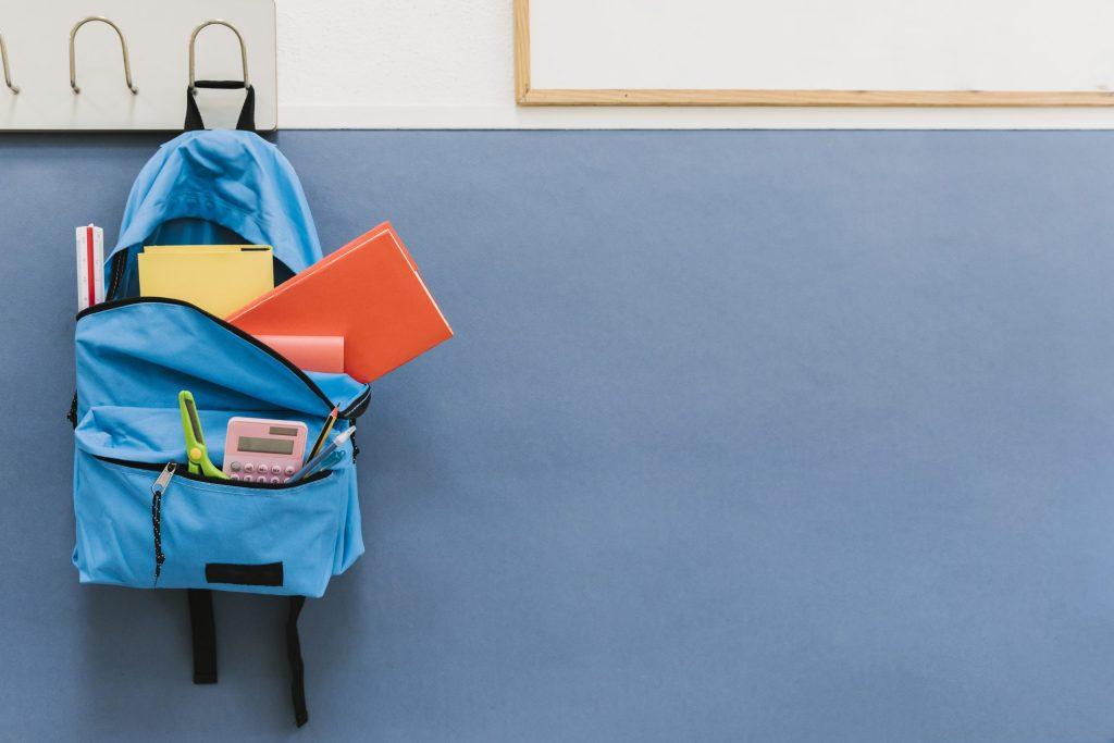 Mochila de un niño en la escuela