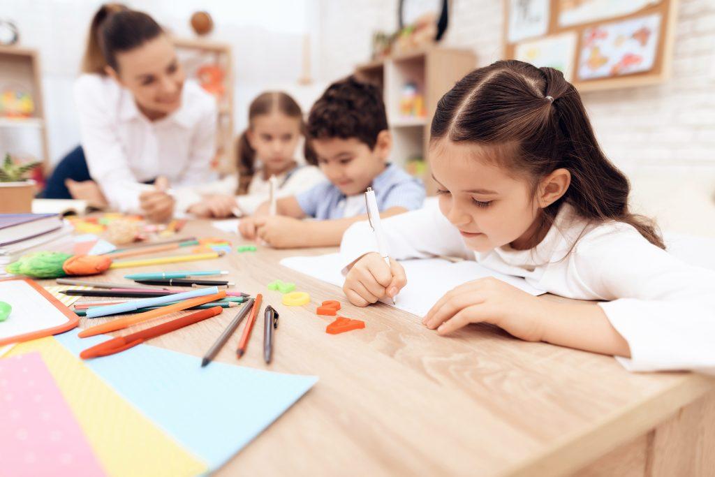 Niños escribiendo en la escuela